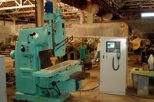 Вертикально фрезерный станок с ЧПУ 6Р13Ф3 на заводе