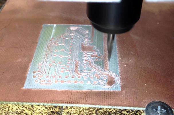 процесс фрезеровки печатной платы на чпу