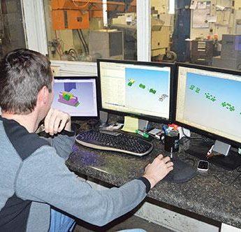 программист станка с чпу за работой