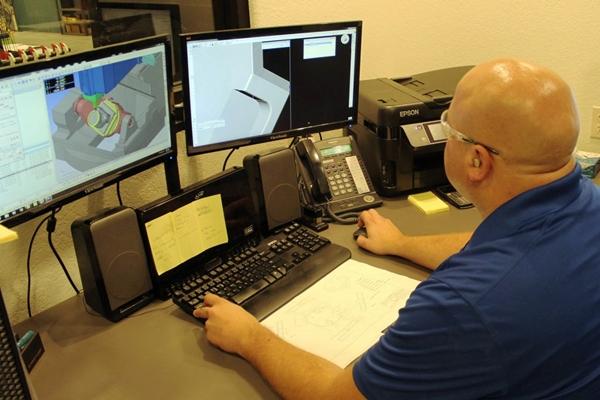мужчина делает чертежи на компьютере