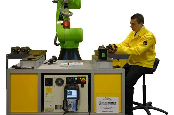 оператор за работой FANUC Assembly Robots