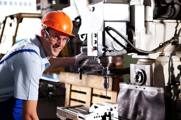работник станка на заводе