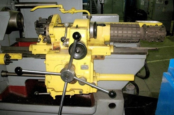 токарно-револьверный станок на заводе