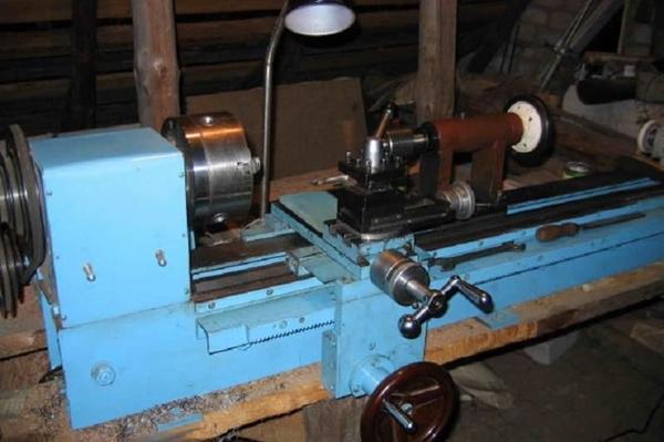 Токарный станок по металлу на заводе