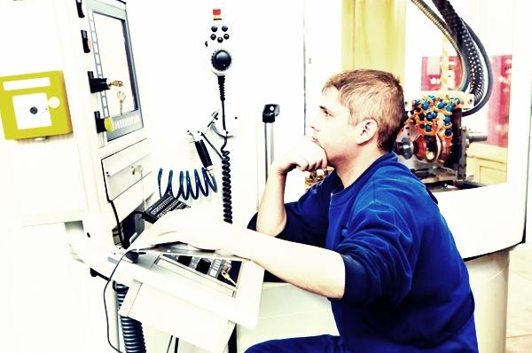 оператор за работой на чпу станке