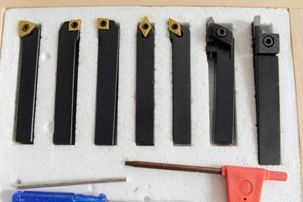 резцы для токарного станка по металлу на столе
